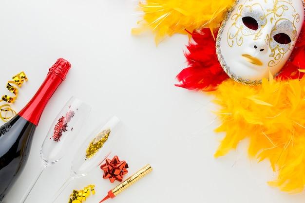 Karnevalsmaske mit federn und champagner Kostenlose Fotos