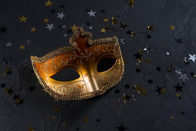 Karnevalsmaske mit flitter auf dunkler tabelle Kostenlose Fotos