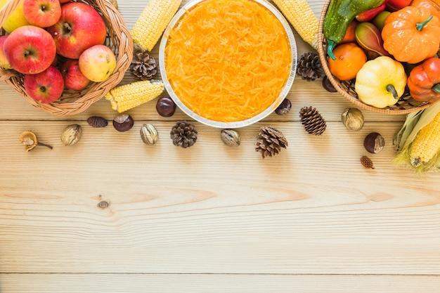 Karotte in der platte zwischen obst und gemüse Kostenlose Fotos