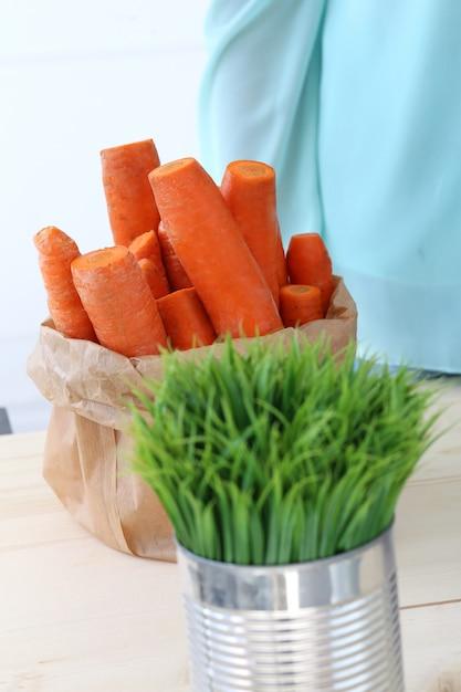 Karotten auf dem tisch Kostenlose Fotos