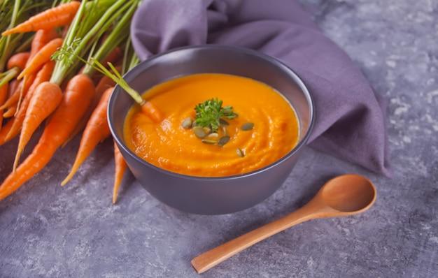 Karottencremesuppe der gesunden ernährung. Premium Fotos