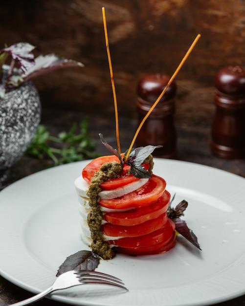 Karpeztomaten-mozzarella-salat mit balsamico-sauce Kostenlose Fotos