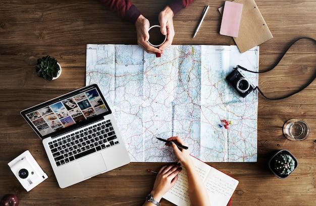 Karte, die auf holztisch liegt Kostenlose Fotos