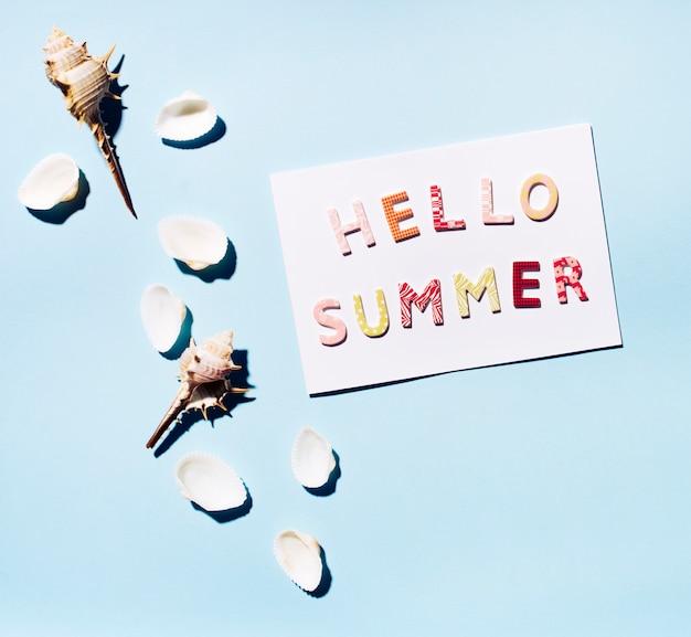 Karte mit text hallo sommer und muscheln Kostenlose Fotos