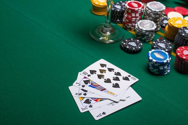 Karten zum pokerspielen auf einem spieltisch Premium Fotos