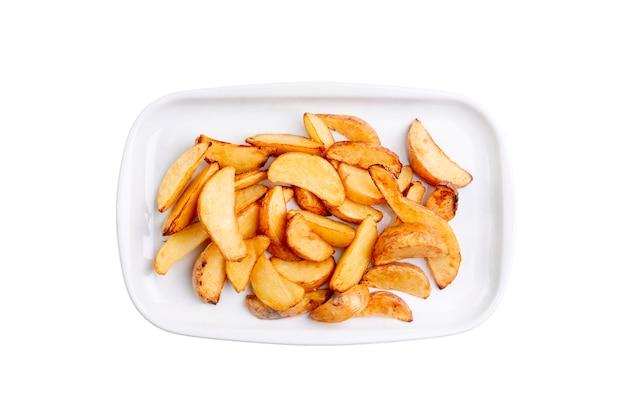 Kartoffel zwängt auf der weißen platte, die auf weißem hintergrund lokalisiert wird. ansicht von oben Premium Fotos