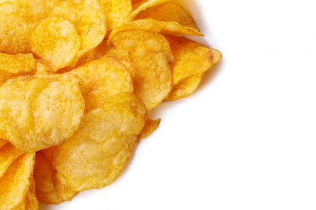Kartoffelchips getrennt auf weiß Premium Fotos