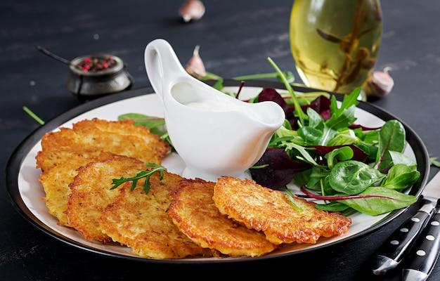 Kartoffelkrapfen serviert mit saurer sahne Kostenlose Fotos