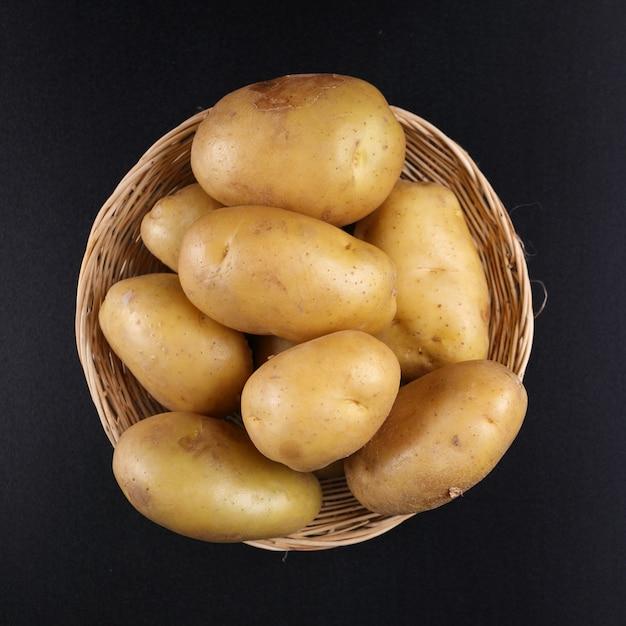 Kartoffeln auf korb Premium Fotos