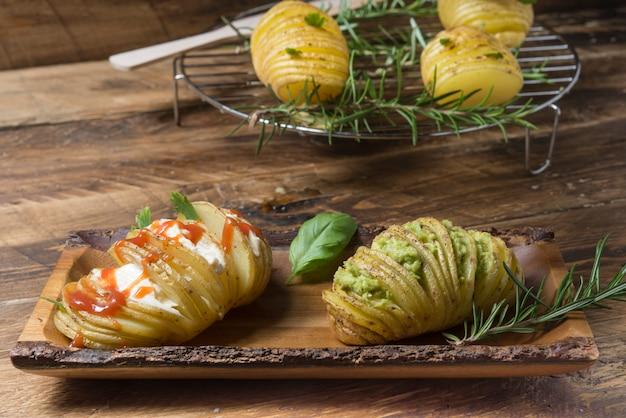 Kartoffeln hasselback mit sauce Premium Fotos