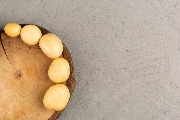Kartoffeln von oben auf dem grauen boden geschält Kostenlose Fotos