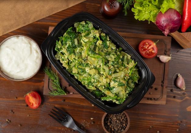 Kartoffelsalat mit eiern, kräutern und gehacktem gemüse. Kostenlose Fotos