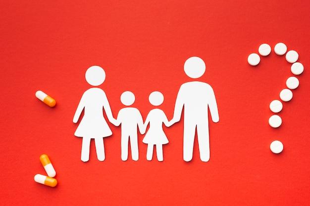 Kartonfamilie formen mit fragezeichen in pillen geformt Kostenlose Fotos
