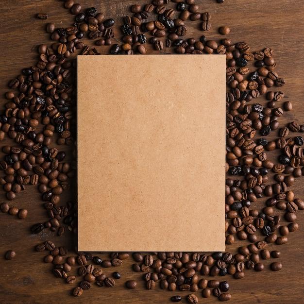 Kartonverpackung und kaffeebohnen Kostenlose Fotos