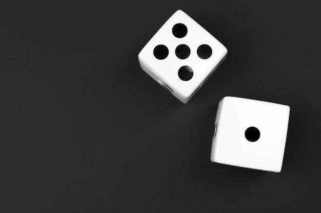 Kasino würfelt auf schwarzem hintergrund Premium Fotos