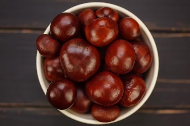 Kastanienfrüchte in der schüssel Premium Fotos