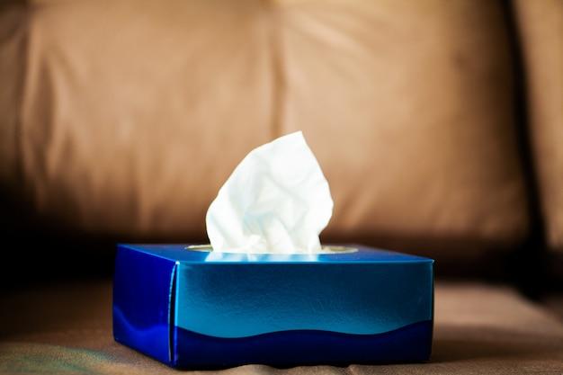 Kastenhygieneservietten auf dem braunen sofa. Premium Fotos