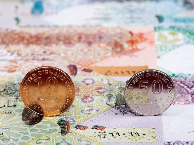 Katarische münzen - rial vor dem hintergrund des geldes Premium Fotos