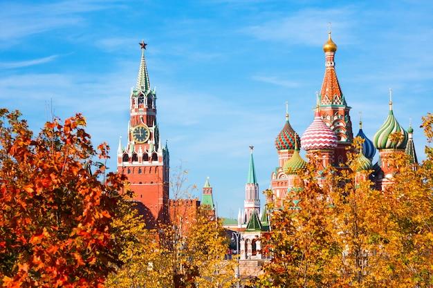 Kathedrale von vasily blessed (basilius-kathedrale) und spasskaya-turm des moskauer kremls Premium Fotos