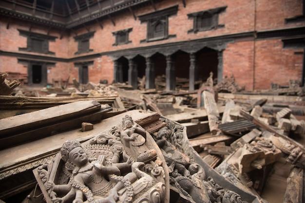 Kathmandu nepal, das nach dem schweren erdbeben schwer beschädigt wurde. Premium Fotos