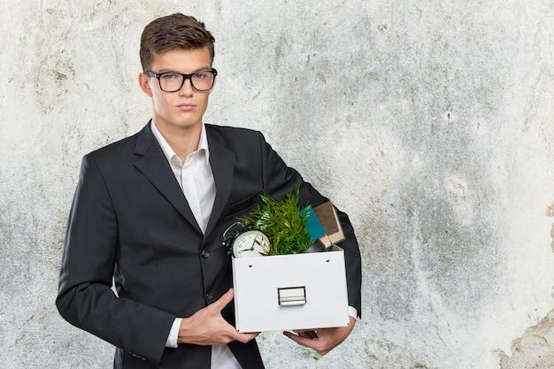 Kaufmann holding box mit persönlichen gegenständen Premium Fotos
