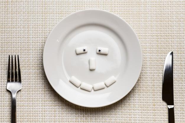 Kaugummi geformtes lustiges gesicht. mundhygiene und schutz der zähne vor karies Premium Fotos