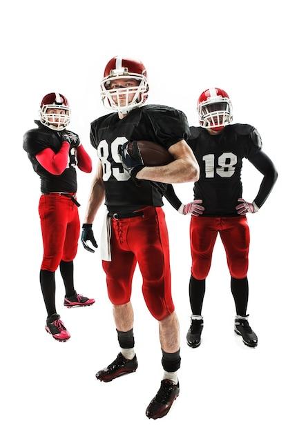 Kaukasische fitness-männer als american-football-spieler, die in voller länge mit einem ball auf weißem hintergrund aufwerfen Kostenlose Fotos