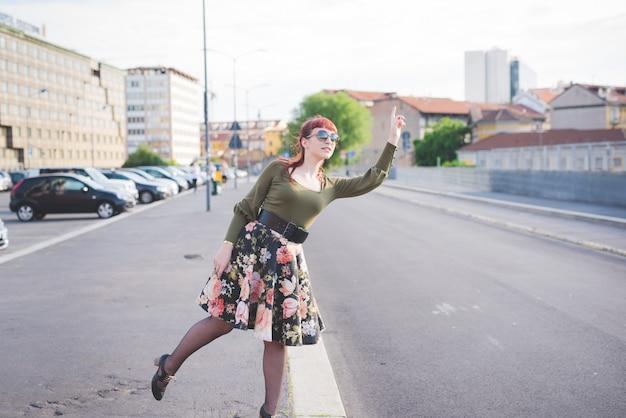 Kaukasische frau der jungen hübschen rothaarigen Premium Fotos