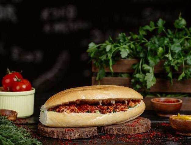 Kaukasischer döner, brötchen gefüllt mit geröstetem und gegrilltem gemüse und rindfleisch. Kostenlose Fotos