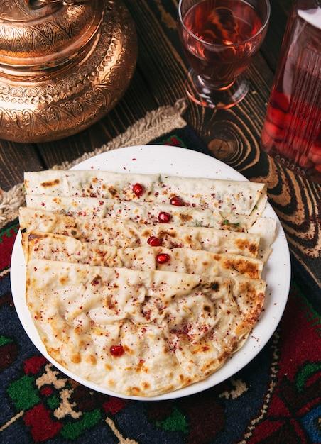 Kaukasischer qutab, kutab, gozleme, serviert mit sumakh, kräutern und joghurt. Kostenlose Fotos