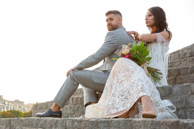 Kaukasisches romantisches junges paar, das ihre ehe in der stadt feiert. Kostenlose Fotos