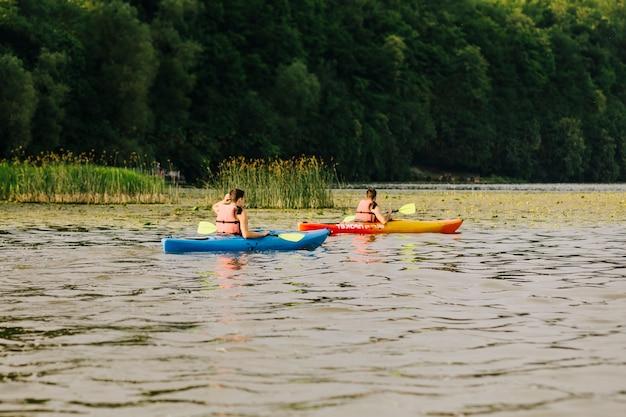 Kayaker, der auf schönem see kayak fährt Kostenlose Fotos