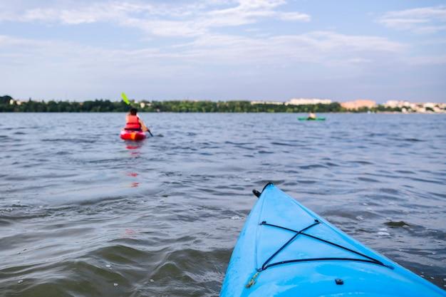 Kayaking-bogen auf ruhigem ruhigem wasser Kostenlose Fotos