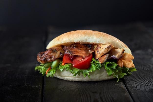 Kebab sandwich auf hölzernen hintergrund Premium Fotos