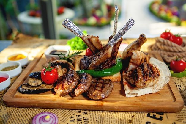 Kebabplatte mit tikka, lula, hähnchen und gemüsespiesschen Kostenlose Fotos