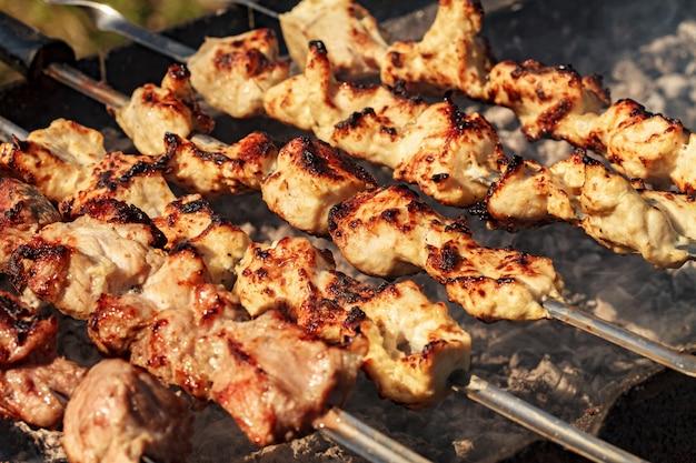 Kebabs auf dem grill rauchen Premium Fotos