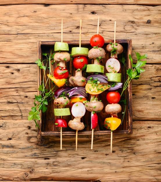 Kebabs, gemüse am spieß Premium Fotos