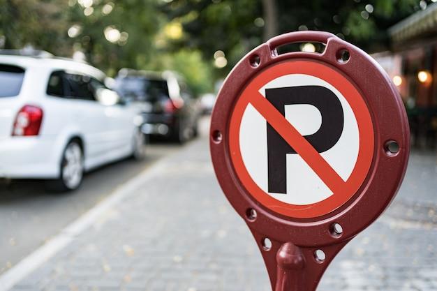 Kein autoparkschild auf der straße in der stadt Kostenlose Fotos