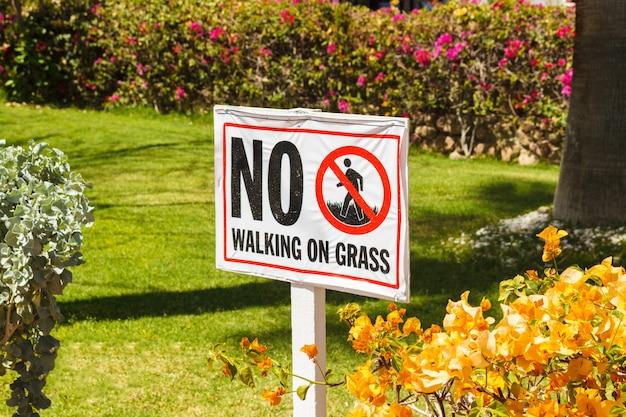 Kein gehen auf warnzeichen des grases herein den garten Premium Fotos