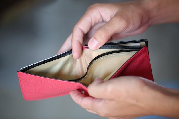 Kein geld in roter tasche Premium Fotos