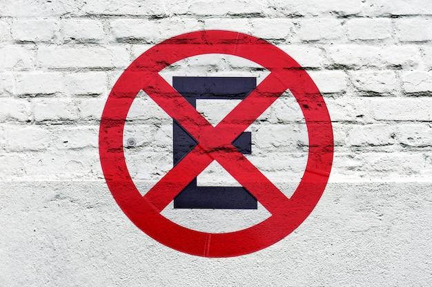 Kein parkplatz: verkehrszeichen wie graffiti an der weißen wand Premium Fotos