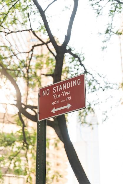 Kein stehendes zeichen mit unscharfem hintergrund Kostenlose Fotos