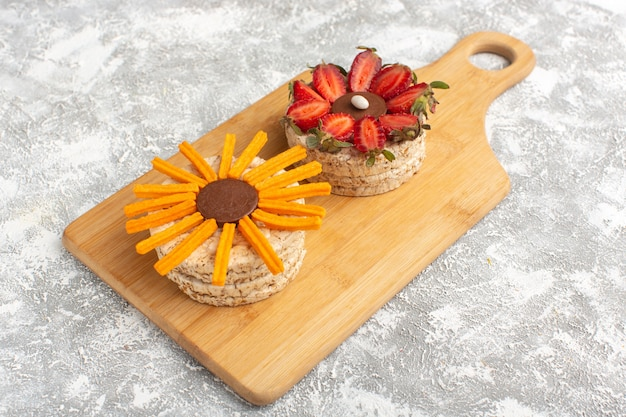 Keks mit erdbeeren auf holzschreibtisch Kostenlose Fotos