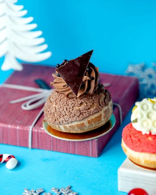Keks mit praline auf dem tisch Kostenlose Fotos