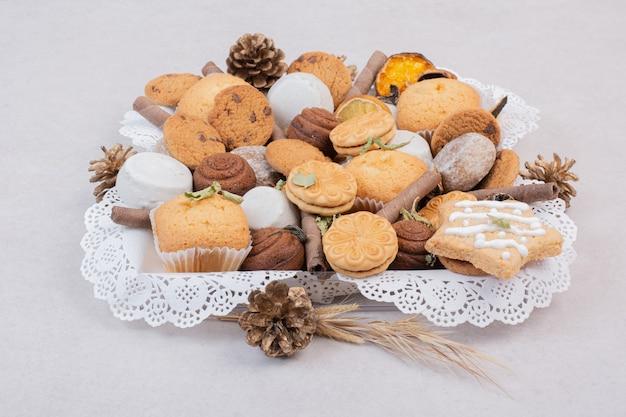 Kekse auf seil in platte auf weiß Kostenlose Fotos