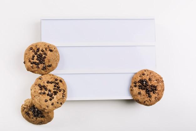 Kekse auf weißer plaquette Kostenlose Fotos
