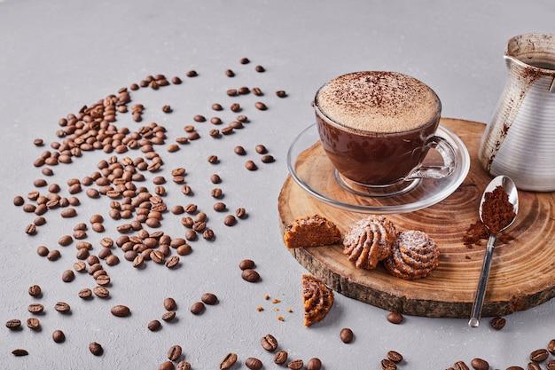 Kekse mit einer tasse kaffee. Kostenlose Fotos