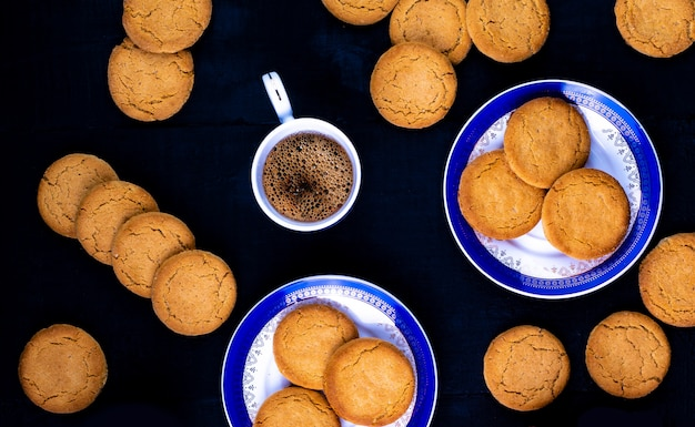 Kekse mit kaffee, draufsicht Premium Fotos
