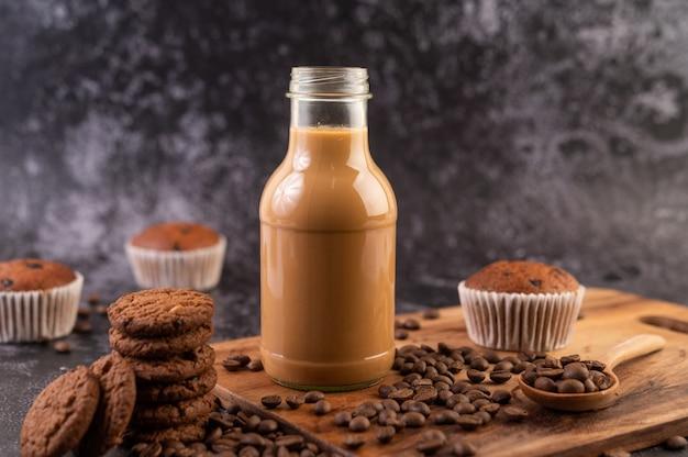Kekse mit kaffeebohnen auf einem holzteller. Kostenlose Fotos