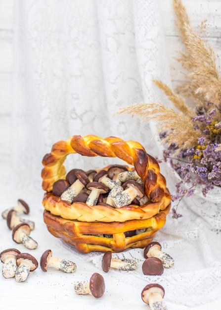 Kekse pilze glasiert in weißer und brauner schokolade in weidenkorb teig. dessert. schön süß Premium Fotos